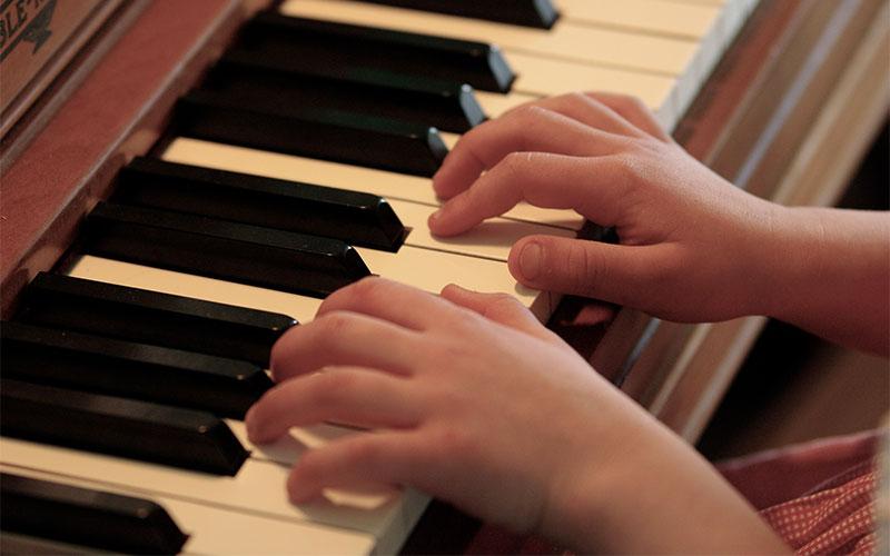 Débutant piano, enfant jouant du piano, élève piano